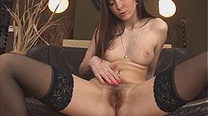 Femme mature en bas nylon exhibe sa chatte poilue