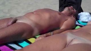 Nudistes filmés à la plage par un voyeur