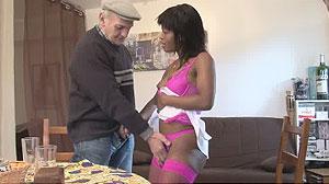 Jeune fille black 18 ans baisée par un vieux