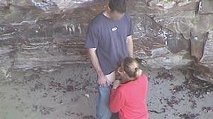 Fellation à la plage, il se fait sucer par sa copine