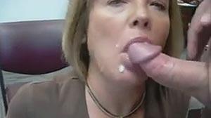 Film sexe Vieille mature taille une pipe au bureau
