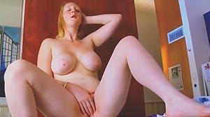 Vidéo porno masturbation rousse à la chatte rose
