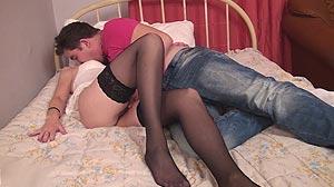 Jeune homme baise la mère sexy de son pote