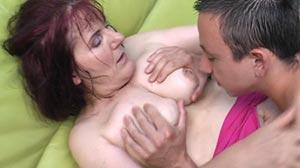 Jeune Gigolo baise une vieille de plus 60 ans