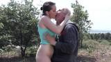 Sexe entre un vieux et une jeune salope de 18 ans