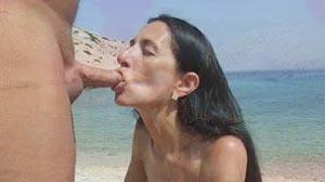 Vieille salope suce son mari au bord de la mer
