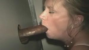 Video Glory hole : mature teste le sexe en cabine